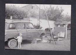 Photo Originale Amateur Voiture Automobile Renault R4 4L   Depose Moteur Par Bricoleur Enfant  Brouette - Automobiles