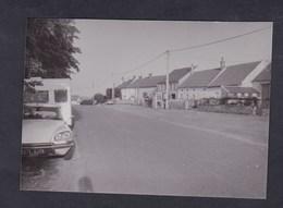 Photo Originale Amateur Voiture Automobile Citroen DS Immatriculée En Yvelines Caravane Village à Situer - Automobiles