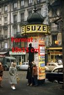 Reproduction D'une Photographie Ancienne D'un Homme Monté Sur Un Kiosque Publicitaire Avec Publicité Suze à Paris - Reproducciones
