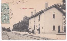 37 Indre Et Loire -  VERNOU -  La Gare - Train - 1905 - Pli - Estaciones Con Trenes