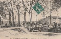 CPA:LES TROUBLES EN CHAMPAGNE REIMS (51) PONT HUON OCCUPÉ PAR LA TROUPE PÉNICHE..ÉCRITE - Reims