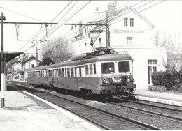 PHOTO G.F. 17.5/12.5CMS.GARE DE COLLONGES-FONTAINES (69) EN 1968.AVEC TRAIN EN GARE.B.PLAN.T.B.ETAT.A SAISIR - Trenes