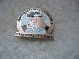 Pin's Des Mousquetaires De La Frite à Girancourt En Vosges - Alimentación