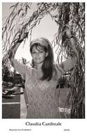 CLAUDIA CARDINALE - Film Star Pin Up PHOTO POSTCARD- Publisher Swiftsure 2000 (10/325) - Sin Clasificación