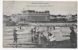 (RECTO / VERSO) BIARRITZ EN 1911 - HOTEL DU PALAIS VU DE LA PLAGE ANIMEE - PLI ANGLE BAS A GAUCHE - CPA VOYAGEE - Biarritz