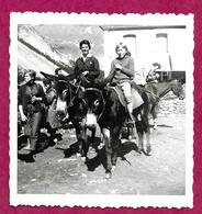 Ancienne PHOTO 9 X 9 Cm De 1963... FEMME Et ENFANT Sur Un ANE à GAVERNIE (65) ...PIN UP...2 Scans - Pin-up