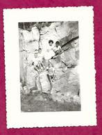 Ancienne PHOTO 10,5 X 8 Cm De 1959...ENFANTS Sur Un Rocher - Persone Anonimi