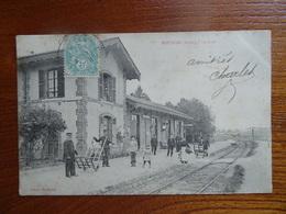 """Belle CPA Très Animée  """"ESTISSAC - La Gare""""    VIVARGENT   Circulée En 1905    Bon état, Mais Petites Taches De Rouille) - France"""