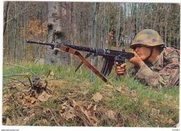 Militär - Sturmgewehr. Schweizer Soldat Bei Zielübungen. - Suisse