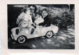 Photo (9,8X7) Enfants Dans Une Voiture Miniature Avec Leur Mère A Coté Mérignac En 1958 - Anonyme Personen