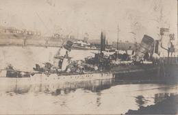 CARTE PHOTO ALLEMANDE - GUERRE 14-18 - NAVIRE ALLEMAND COULÉ DANS LE PORT - War 1914-18