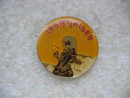 Pin's Iron Maiden, Groupe De Heavy Metal Anglais Très Populaire, Formé En 1975 Par Son Bassiste Steve Harris. - Celebrities