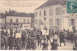 BAC19- TROYES  DANS L'AUBE  MANIFESTATIONS DES VIGNERONS  RASSEMBLEMENT  PLACE DE LA MAIRIE     CPA  CIRCULEE - Troyes