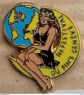 PIN UP ROBE NOIR - SUR LA LUNE - 1ER FESTIVAL DU PIN'S - GENEVE - SUISSE - MOON - WOLRD - MONDE - CHEVEUX NOIRE -(JAUNE) - Pin-ups