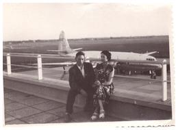 TOULOUSE  LE 9/1954   COUPLE ASSIS SUR LA TERRASSE DE L'AEROPORT   EN CONTREBAS UN AVION DE LIGNE - Aviation