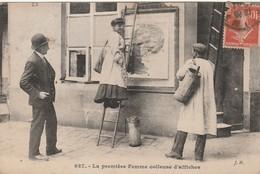 CPA:PARIS (75) FEMME SUR ÉCHELLE PREMIÈRE FEMME COLLEUSE D'AFFICHES..ÉCRITE - Petits Métiers à Paris
