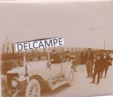 GUERRE 14/18 - Photo De La Visite D'officiers En Voiture, Une Delage , Dans Un Camp De Prisonniers ''  Boche '' - Guerre, Militaire