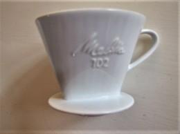ANCIEN FILTRE A CAFE MELITTA EN PORCELAINE - Hauteur : 11 Cm. - C 14 - Geschirr, Gläser & Besteck