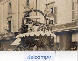 """CARTE - PHOTO -  LAVAL (53)   Fete Des Fleurs Le 11 Juin 1922 - Char """"Panier Fleuri"""" -Magasin  """"Au Petit Réfugié""""f - Laval"""