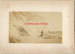 8/ Photo Ancienne Vers 1880 Saint Valéry En Caux (76) Au Pied De La Falaise-format Photo 10,4 X6,3 Sur Carton 9,4 X13cm - Places