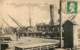 CAEN LE PORT CHARGEMENT D'UN BATEAU DE MINERAI POUR L'ANGLETERRE - Caen