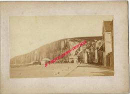 13/ Photo Ancienne Vers 1880 Saint Valéry En Caux (76) Ville Au Pied De Falaise- Photo 10,4 X6,3 Sur Carton 9,4 X13cm - Lieux