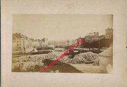14/ Photo Ancienne Vers 1880 Saint Valéry En Caux (76) Travaux Près Calvaire-pavé- Photo 10,4 X6,3 Sur Carton 9,4 X13cm - Lieux