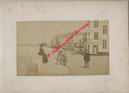 16/ Photo Ancienne Vers 1880 Saint Valéry En Caux (76) Famille En Promenade- Format Photo 10,4 X6,3 Sur Carton 9,4 X13cm - Lieux