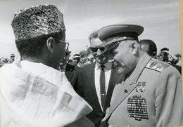 Photo Originale , Le Maréchal  MANOLOVSKI  En Voyaye Au Maroc Et LE ROI HASSAN II  En 1962 - Guerre, Militaire
