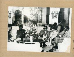 Photo Originale , Conférence D'ALVOR JONAS SAVIMBI . ALMEIDA SANTOS   Et AGOSTINO NETO - Guerre, Militaire