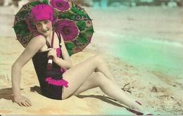 Ragazza In Costume Con L'Ombrellino Sulla Spiaggia (Sexi, Pin Up), Riproduzione B91, Reproduction - Pin-Ups