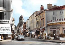 SAINTES - La Rue Alsace-Lorraine Et Le Clocher Massif De L'Ancienne Cathédrale Saint-Pierre - Automobile - Saintes