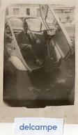 Photo Authentique -  Homme à L'intérieur D'une Automobile ISETTA - VELAM -  Porte Ouverte Sur Le Devant  ( 61- DP - 44) - Automobile