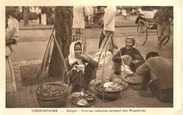 ( ASIE )( VIETNAM ) ( COCHINCHINE )  ( ETHNIE ET COUTUMES   )  (SAIGON   )( FEMME )( FEMME INDIGENE VENDANT DES FRIANDIS - Viêt-Nam