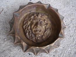 UN GROS CENDRIER EN BRONZE - Bronzes
