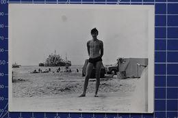 B&W Amateur Photo Boy Man Beach - Anonyme Personen