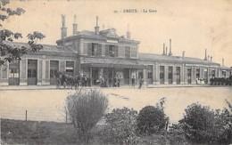 28 - DREUX : La Gare ( Vue Extéreiure Animée - Attelage ) - CPA - Eure Et Loir - Stations Without Trains