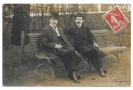 Carte Photo 2 Hommes Assis Sur Un Banc En Costume Et Chapeau Melon - A Identificar
