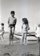 40s JEUNE FEMME GIRL BOY PLAGE BEACH PRAIA PORTUGAL 60/90mm AMATEUR NEGATIVE NOT PHOTO NEGATIVO NO FOTO - Photographica