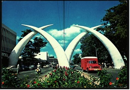 Kenia  -  Mombasa  -  Moi Avenue  -  Giant Elephant Tusks Span The Roads  -  Ansichtskarte Ca. 1981    (9472) - Kenia