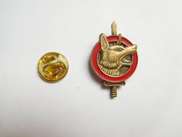 Beau Pin's En Relief , Armée Militaire ,  Chien , Brigade Cynophile , Signé Segalen Collection - Militaria
