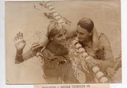 Photo  De Presse Légendée  De Kiki Caron 1965 Piscine Georges VALLEREY   (PPP10991) - Swimming