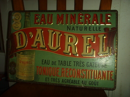 ANCIENNE PLAQUE PUBLICITAIRE TÔLE LITHO EAU MINÉRALE D'AUREL (DROME) EN RELIEF ANNÉES 1890 - Advertising (Porcelain) Signs