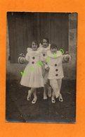 CARTE PHOTO DE 1933 - CARNAVAL -3  ENFANTS DEGUISES EN PIERROT ET ARLEQUINE ET  CHACUN TENANT UN LAMPION - Evénements