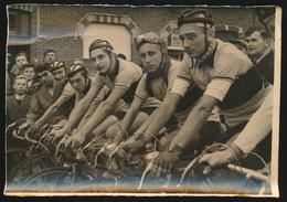 ZWIJNAARDE - FOTOGRAAF JOS VAN SPEYBROECK JAREN 50  WIELRENNERS KLAAR VOOR VERTREK 17 X 12 CM - 2 SCANS - Cycling