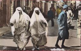 Monde Arabe Scenes Et Types La Promenade Muslim Woman Femmes Voilees - Cartes Postales