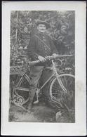 MILITARIA CPA CARTE PHOTO SOLDAT CHASSEUR ALPIN SUR VÉLO AVEC LEBEL ROZET - War 1914-18