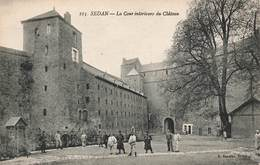 08 Sedan La Cour Interieure Du Chateau Cpa Carte Animée Soldats Militaires - Sedan