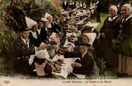 CPA En Bretagne Une Noce De 1500 Personnes Au Pays De Cornouaille Table D'honneur Famille Et Mariés - Other
