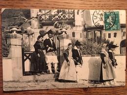 CPA, Bourg De Batz (sur Mer), Folklore, Paludiers Et Paludières Se Rendant à La Fête, écrite En 1910, Timbre - Batz-sur-Mer (Bourg De B.)